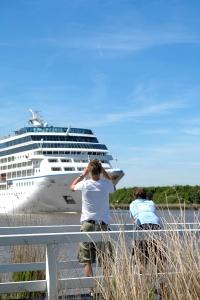 Begegnung mit einem Kreuzfahrer am Nord-Ostsee-Kanal. Foto: TINOK