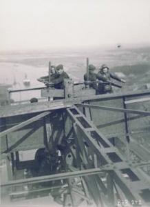 Das Absenken des Unterwagens des Vorbaukranes der Kanalbrücke zeigt dieses Bild vom 15. April 1913. Die Männer arbeiten in schwindelerregender Höhe. Foto: Archiv WSD