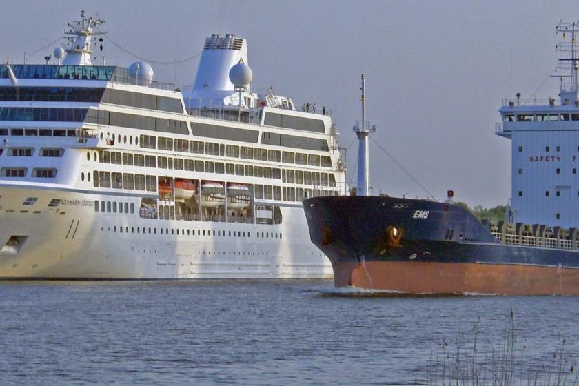 Die Azamara Journey wird von der Ems auf dem Nord-Ostsee-Kanal in der Weiche Schülp überholt.