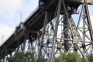 Die filigranen Pfeiler der Rendsburger Eisenbahnhochbrücke. Foto: Martin Heidorn