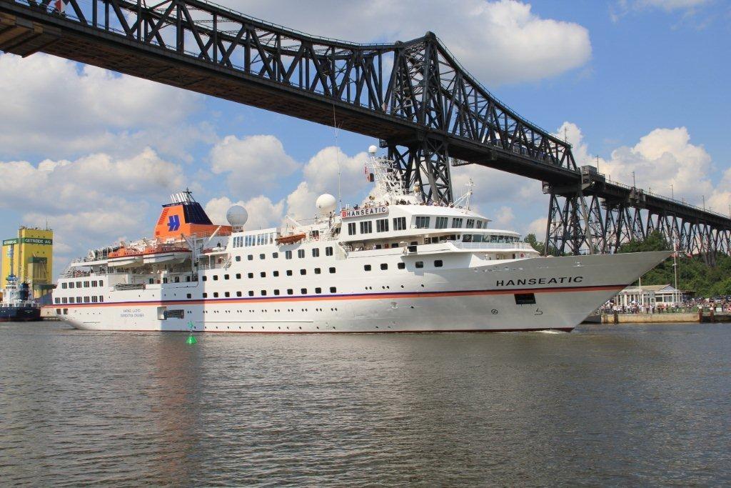 Unter der Rendsburg Eisenbahnhochbrücke - die Hanseatic von Hapag Lloyd Cruises