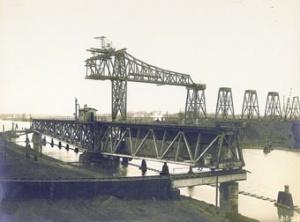 Dieses Foto vom 28. März 1913 zeigt den Bau der Eisenbahnhochbrücke in Rendsburg. Im Vordergrund die alte Eisenbahndrehbrücke. Blick von Südosten. Foto: Archiv WSD