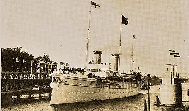 Die Kaiserliche Yacht Hohenzollern bei der Einfahrt in den Nord-Ostsee-Kanal zur Eröffnung.