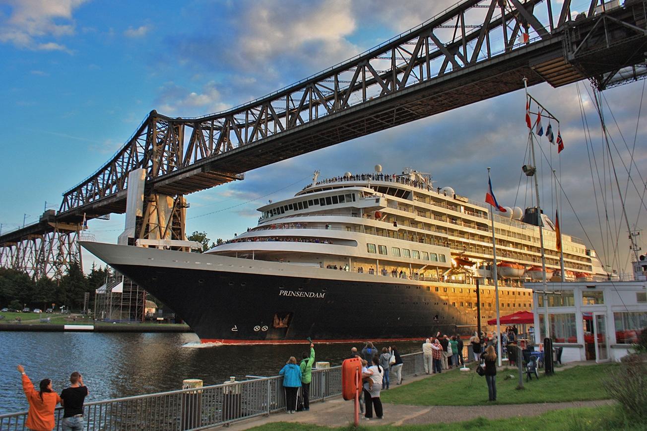 Das Traumschiff Prinsendem wird an der Schiffsbegrüßungsanlage unter der Eisenbahnhochbrücke in Rendsburg willkommen geheißen. Foto: Stefan Fuhr