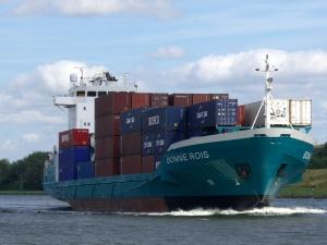 Die Bonnie Rois beladen mit Containern. Foto: Stefan Fuhr