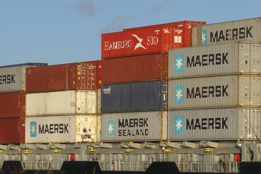 Das Containerschiff Parat mit Container an Bord im Nord-Ostsee-Kanal bei Rendsburg