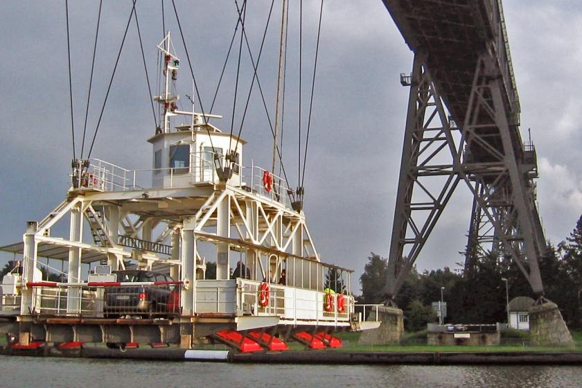 Die Schwebefähre unter der Eisenbahnhochbrücke in Rendsburg
