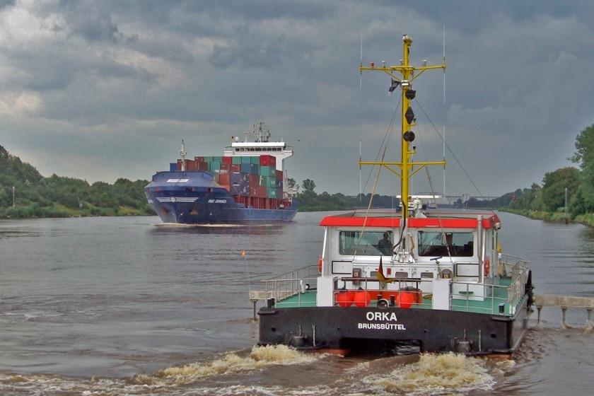 ORKA im Nord-Ostsee-Kanal. Der Ortungskatamaran vermisst das Kanalbett