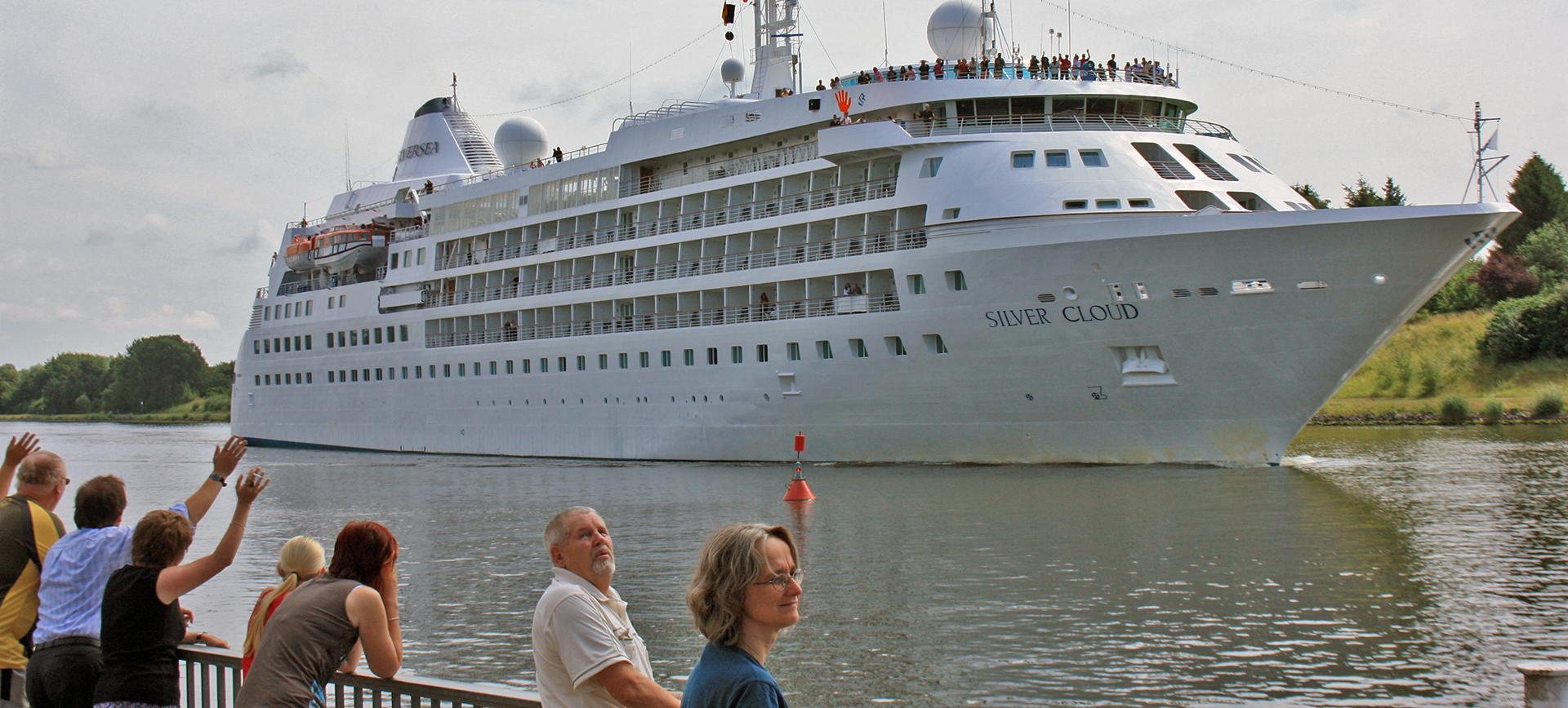 Die Silver Cloud im Nord-Ostsee-Kanal vor der Schiffsbegrüßungsanlage