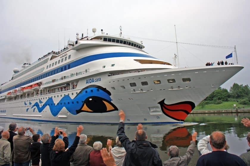 Kreuzfahrer im Nord-Ostsee-Kanal: Der Kreuzfahrer AIDA Cara in Rendsburg im Nord-Ostsee-Kanal