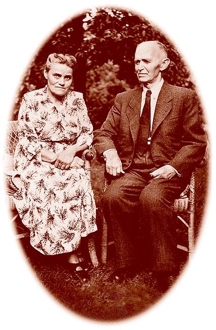 Friedrich Voß mit seiner Ehefrau im Garten in Kiel.