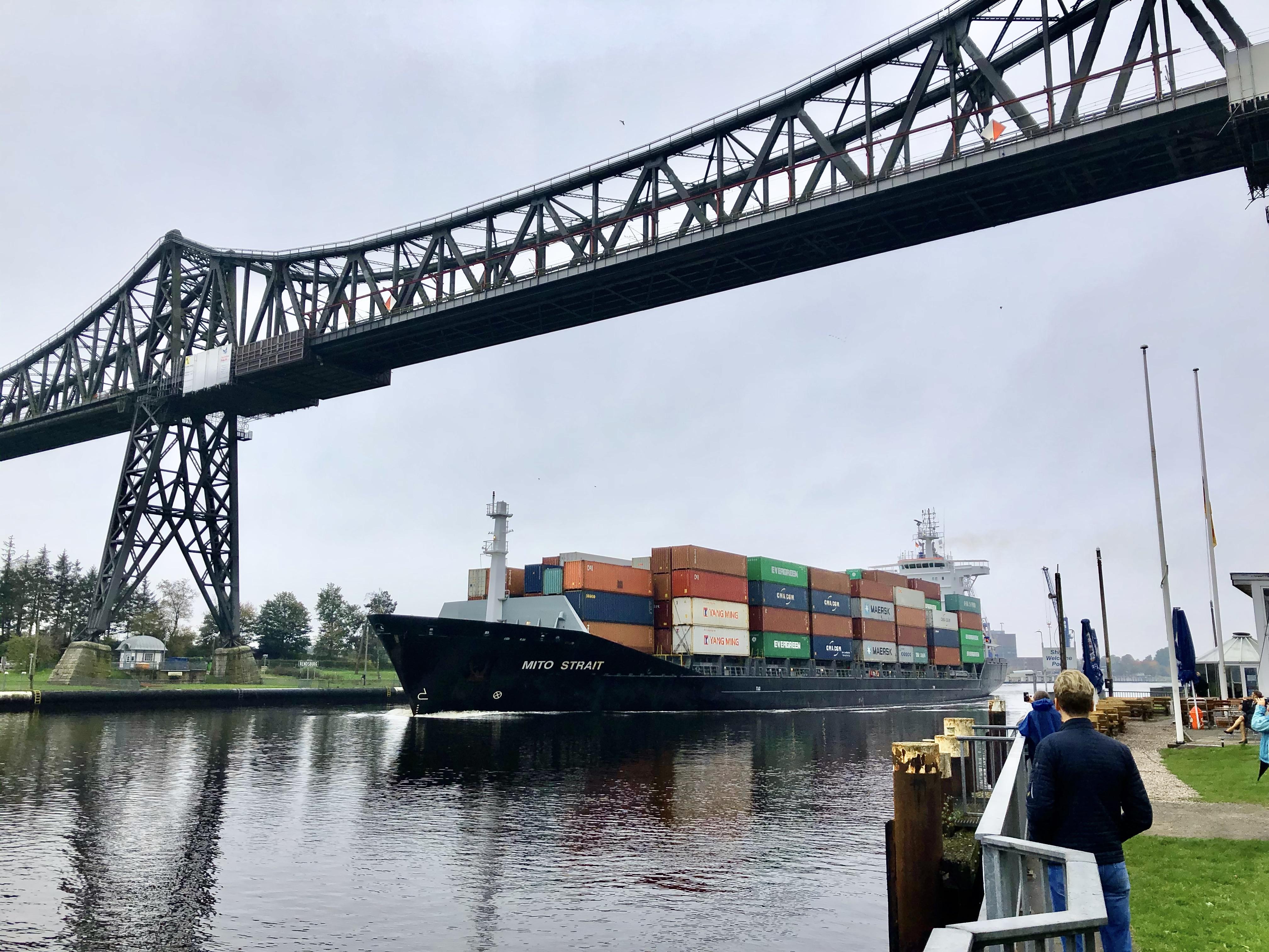Containerschiff Mito Streit im Nord-Ostsee-Kanal in Rendsburg