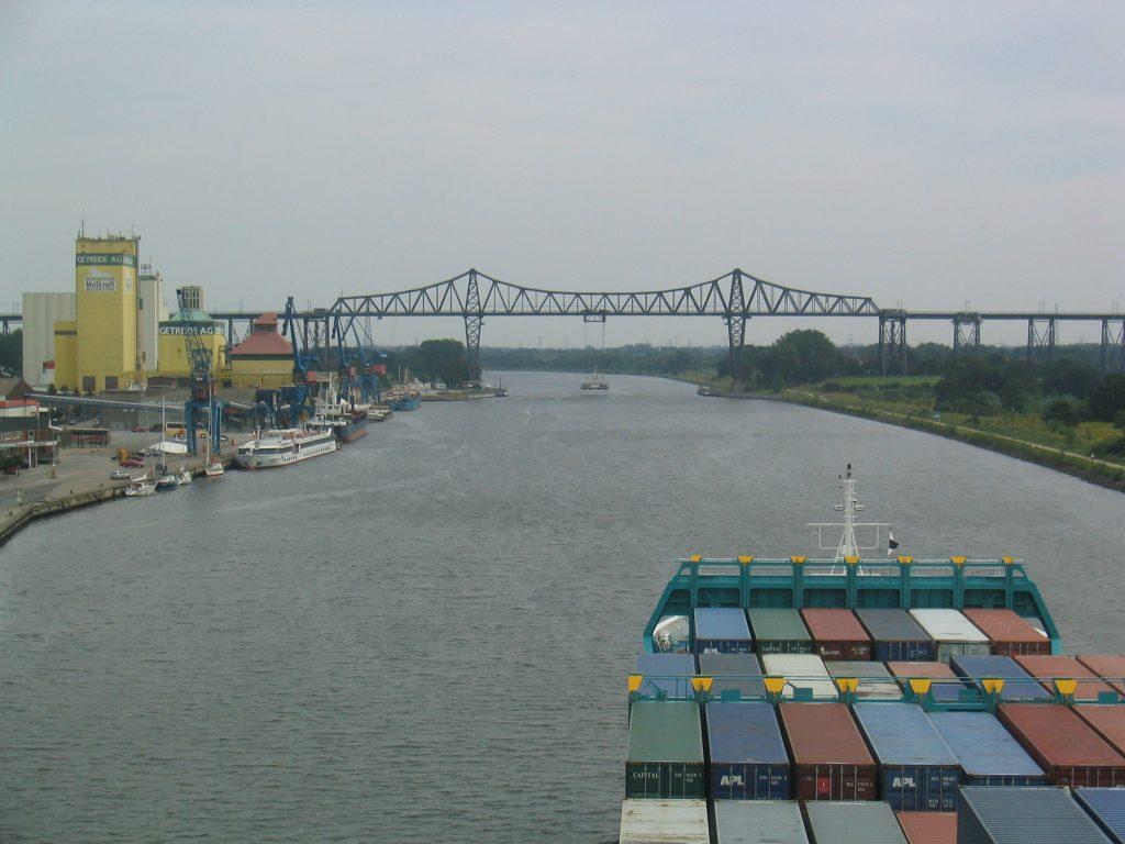 Blick von der Brücke der Helgoland auf die Hochbrücke in Rendsburg mit der Schwebefähre.