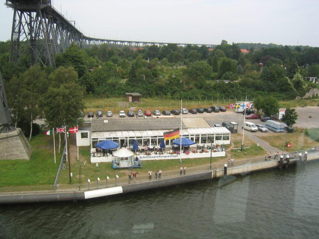 Die Schiffsbegrüßungsanlage und das Restaurant Brückenterrassen aus Sicht des Kapitäns.