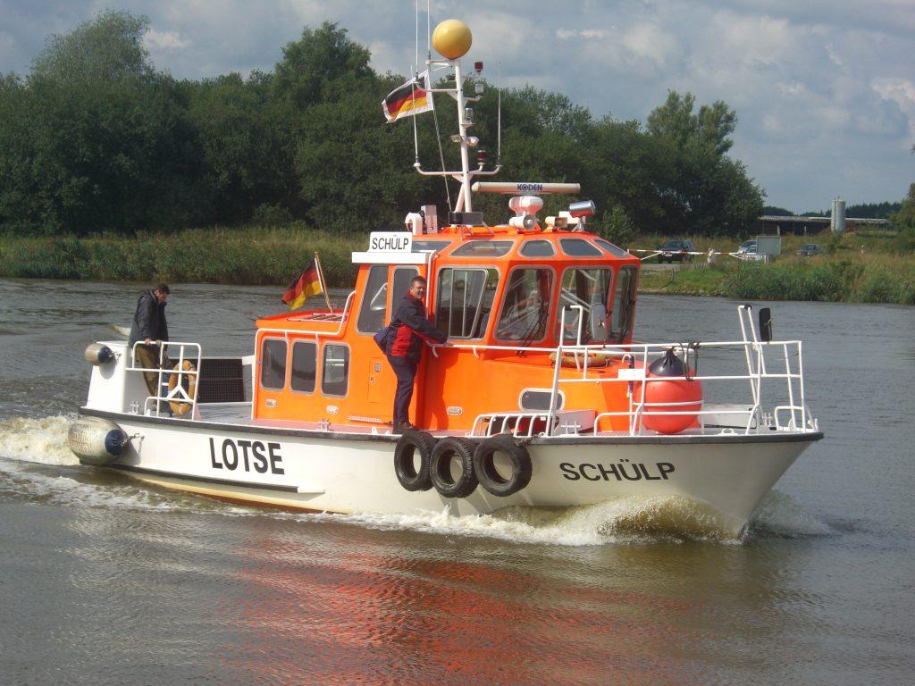 Das Lotsenversetzboot Schülp bringt einen Lotsen zu einem Schiff im Nord-Ostsee-Kanal. Foto: Stefan Fuhr