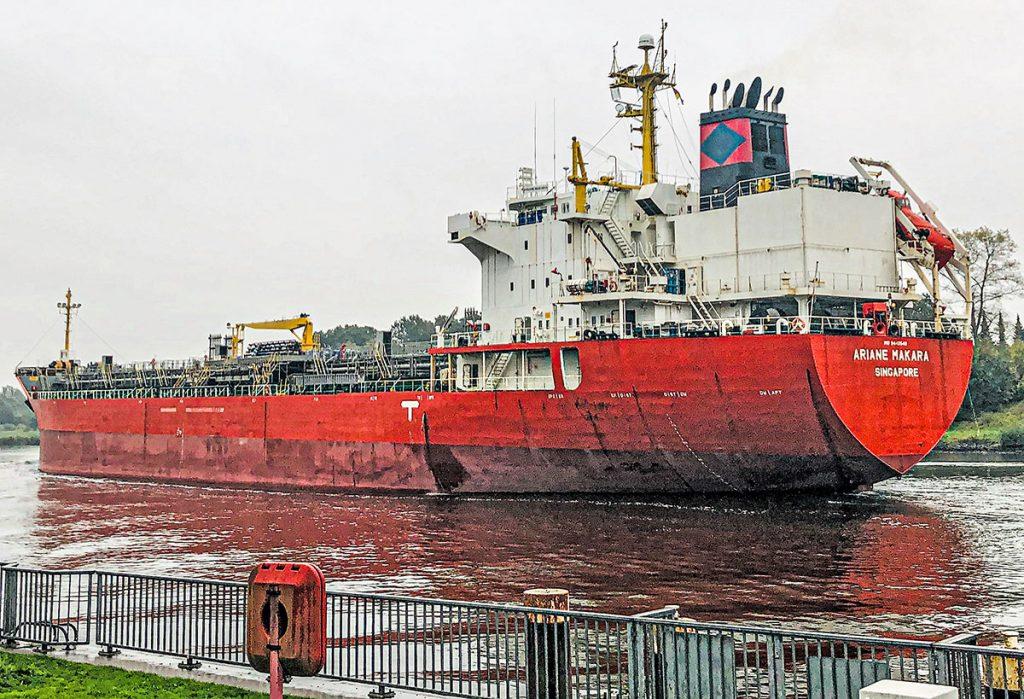 Spezial-Frachert Ariane Makara an der Schiffsbegrüßungsanlage in Rendsburg