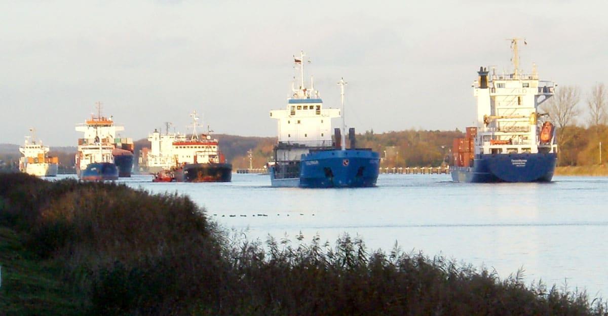Viele Schiffe fahren im Konvoi durch den Nord-Ostsee-Kanal. Foto: Stefan Fuhr