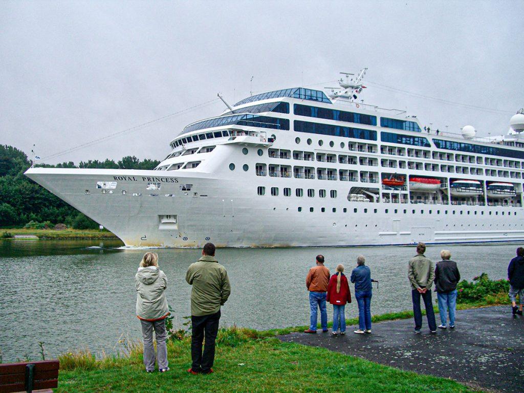 Das Kreuzfahrtschiff Royal Princess 2008 im Nord-Ostsee-Kanal