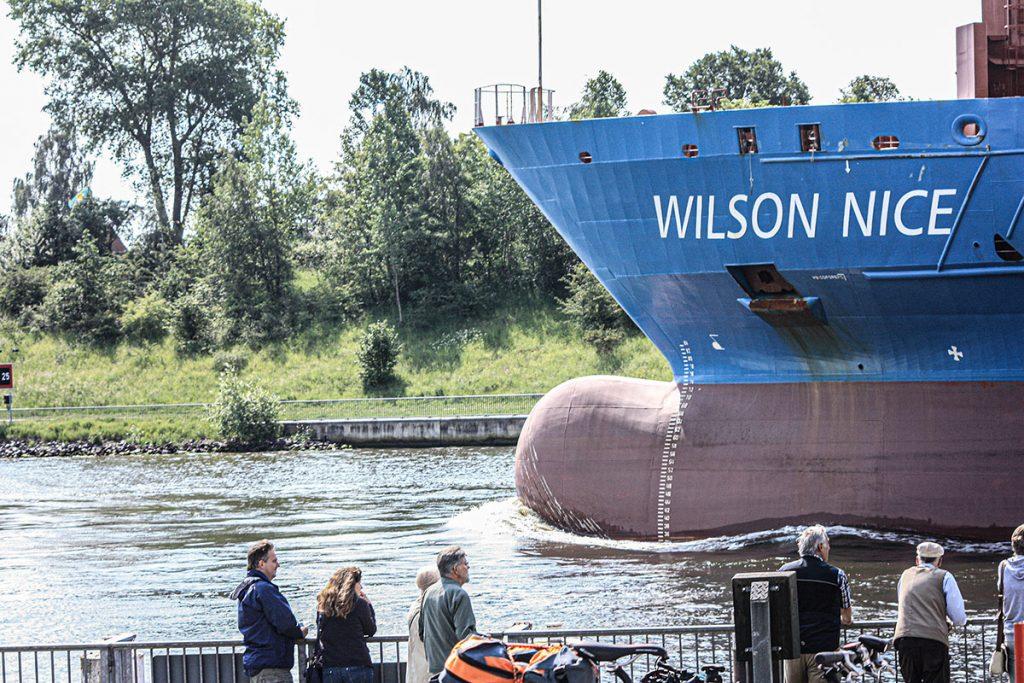 Der Wulstbug der Wilson Nice auf im Nord-Ostsee-Kanal an der Schiffsbegrüßungsanlage