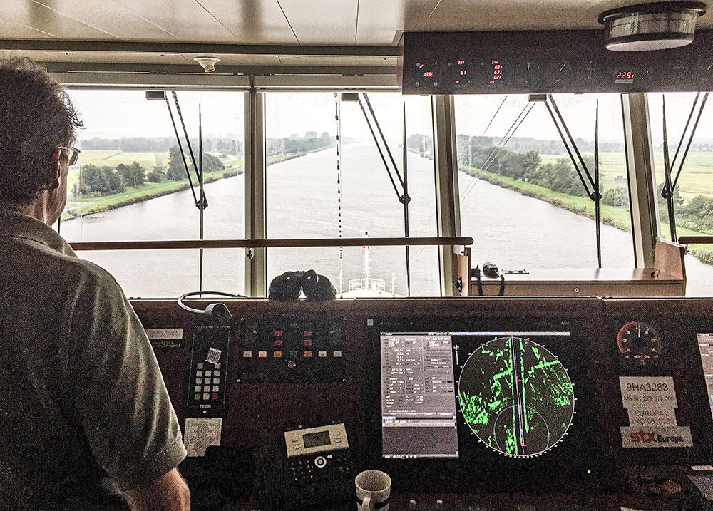 Blick von der Brücke der Europa 2 auf den Nord-Ostsee-Kanal.