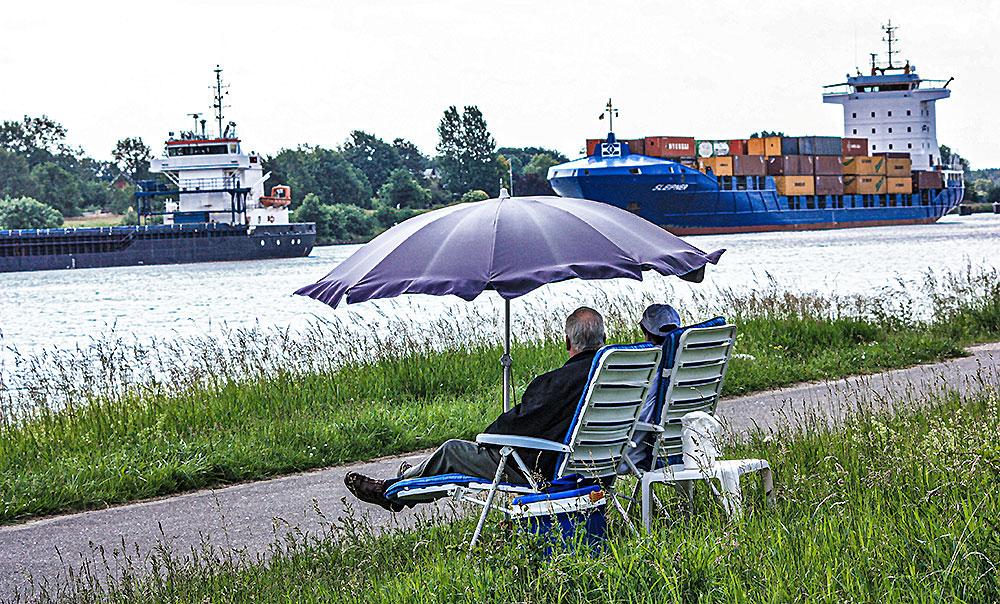 Schiffe-Gucken am Nord-Ostsee-Kanal.